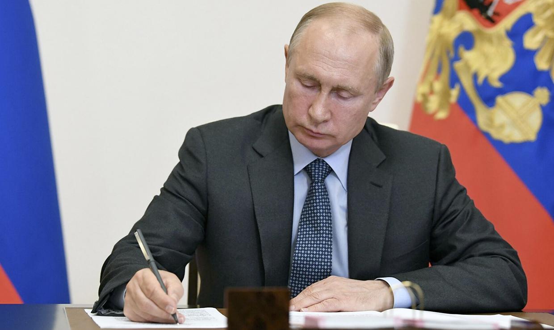 Путин дал новые поручения по выплатам для пенсионеров, военнослужащих и семей с детьми