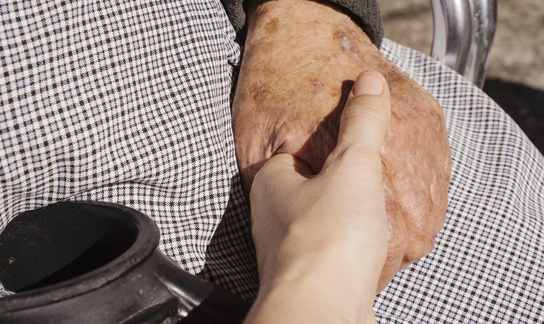 Система долговременного ухода за пожилыми будет внедрена в РФ с 2022 года